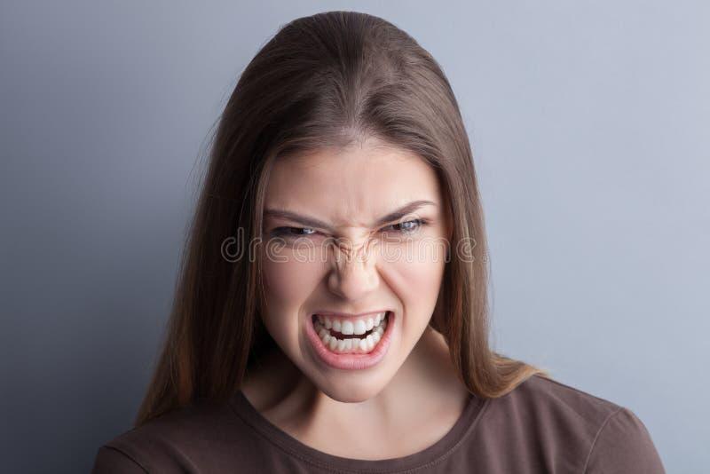 De jonge vrouw drukt haar negatieve emoties uit royalty-vrije stock foto's