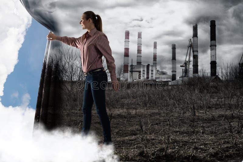 De jonge vrouw duwt het gordijn bekijkend wolken royalty-vrije stock fotografie