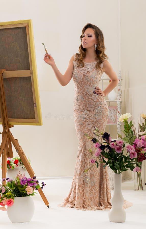 De jonge vrouw is een kunstenaar royalty-vrije stock foto's