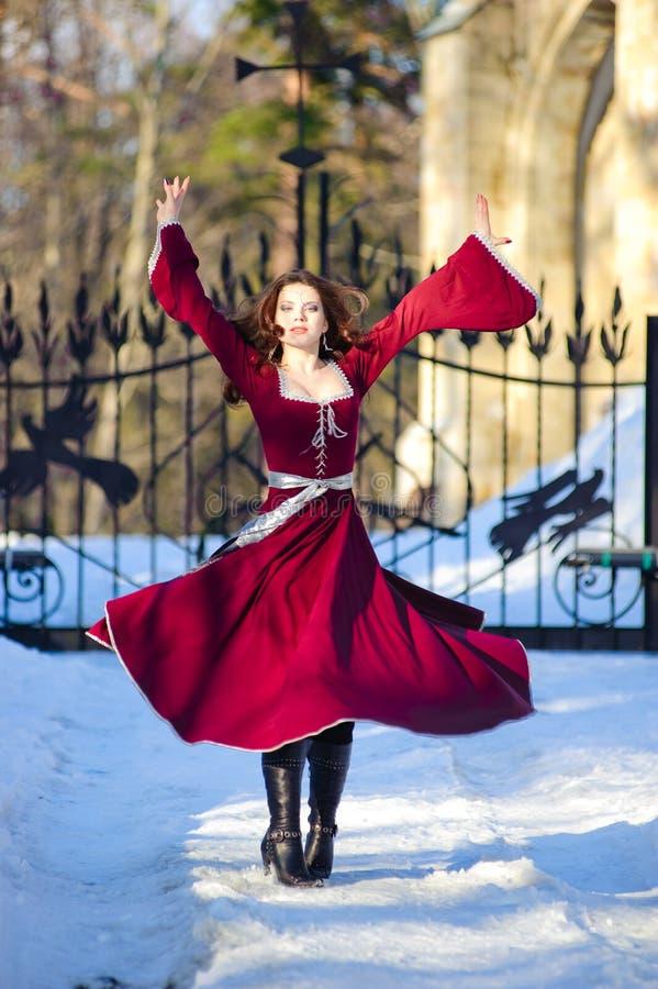 De jonge vrouw in een middeleeuwse kleding royalty-vrije stock afbeelding