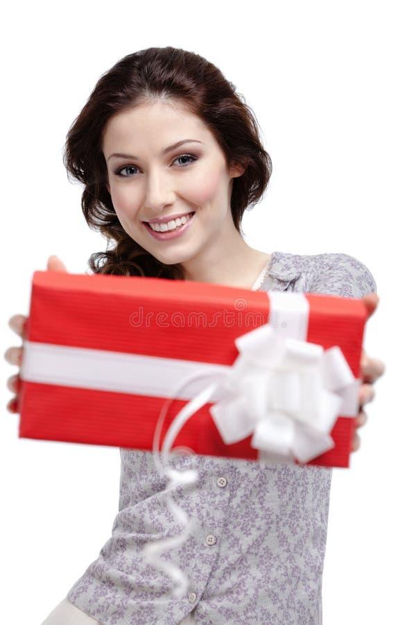 De jonge vrouw gaat een gift over stock afbeeldingen