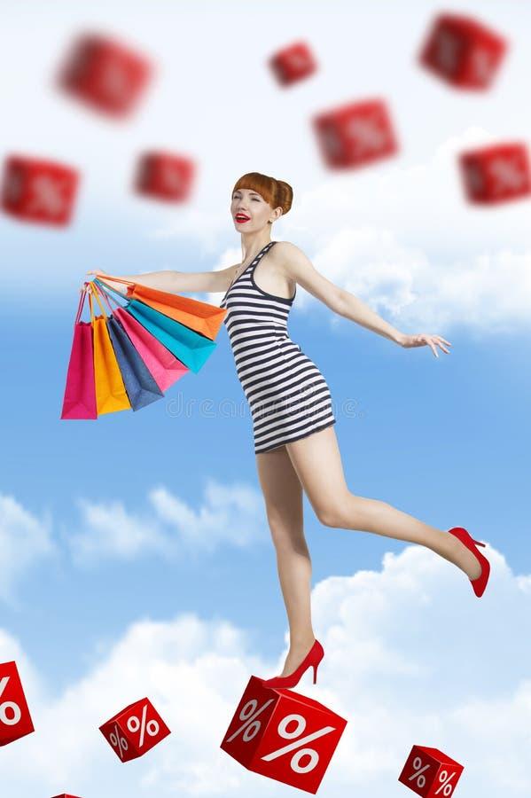 De jonge vrouw gaat voor het winkelen in de tijd van korting royalty-vrije stock foto