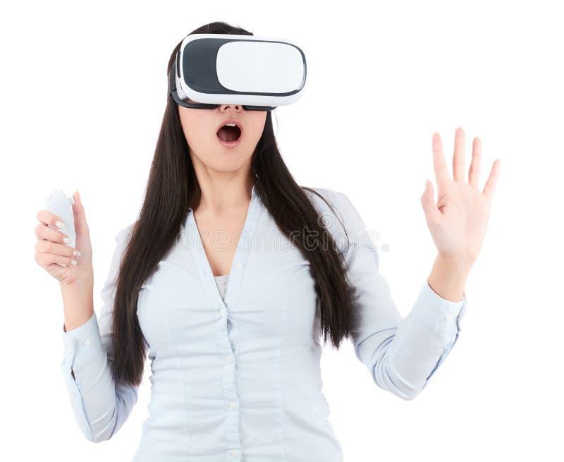 De jonge vrouw gebruikt VR-hoofdtelefoon op witte achtergrond stock afbeelding