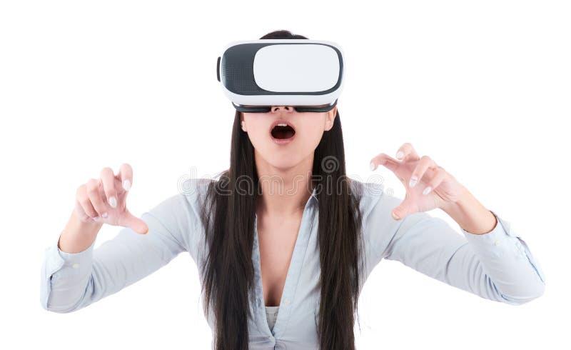 De jonge vrouw gebruikt VR-hoofdtelefoon op witte achtergrond stock afbeeldingen