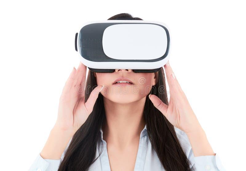 De jonge vrouw gebruikt VR-hoofdtelefoon op witte achtergrond royalty-vrije stock foto's