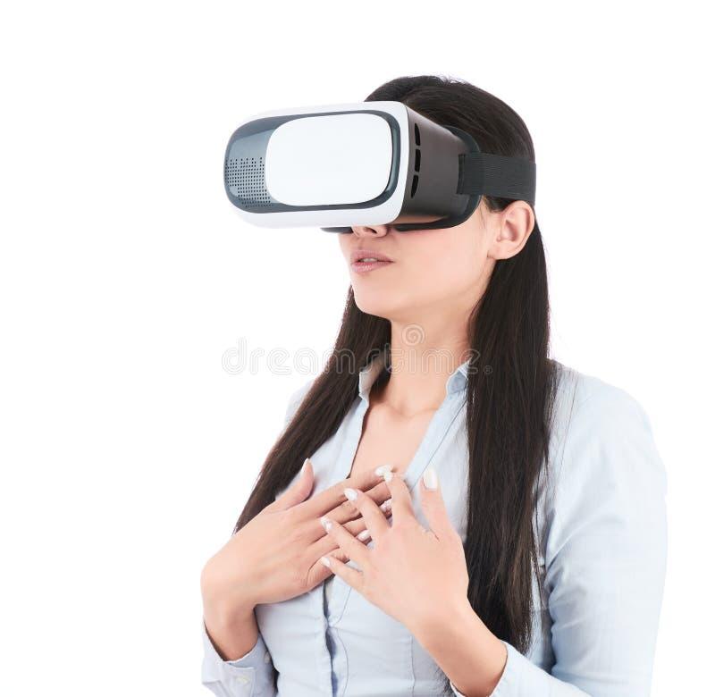 De jonge vrouw gebruikt VR-hoofdtelefoon op witte achtergrond royalty-vrije stock fotografie