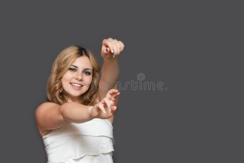 De jonge vrouw gesturing bij de camera stock fotografie