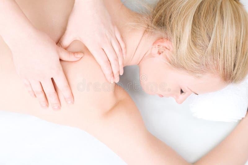 De jonge vrouw heeft day spa in salon royalty-vrije stock fotografie