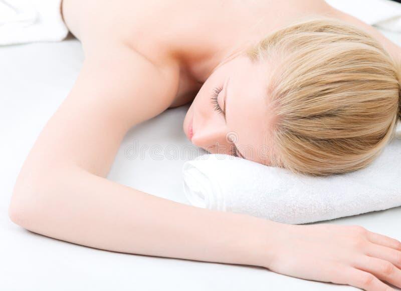 De jonge vrouw heeft day spa in salon stock afbeelding