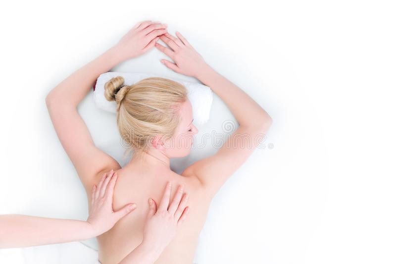 De jonge vrouw heeft day spa in salon stock fotografie