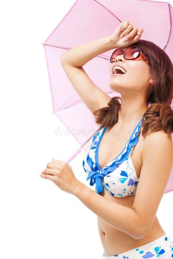 De jonge vrouw heft hand op om zonlicht met een paraplu te behandelen royalty-vrije stock foto's