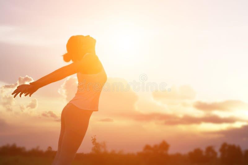 De jonge vrouw heft omhoog handen voor haar succes, Concept op Succes in het leven royalty-vrije stock foto's