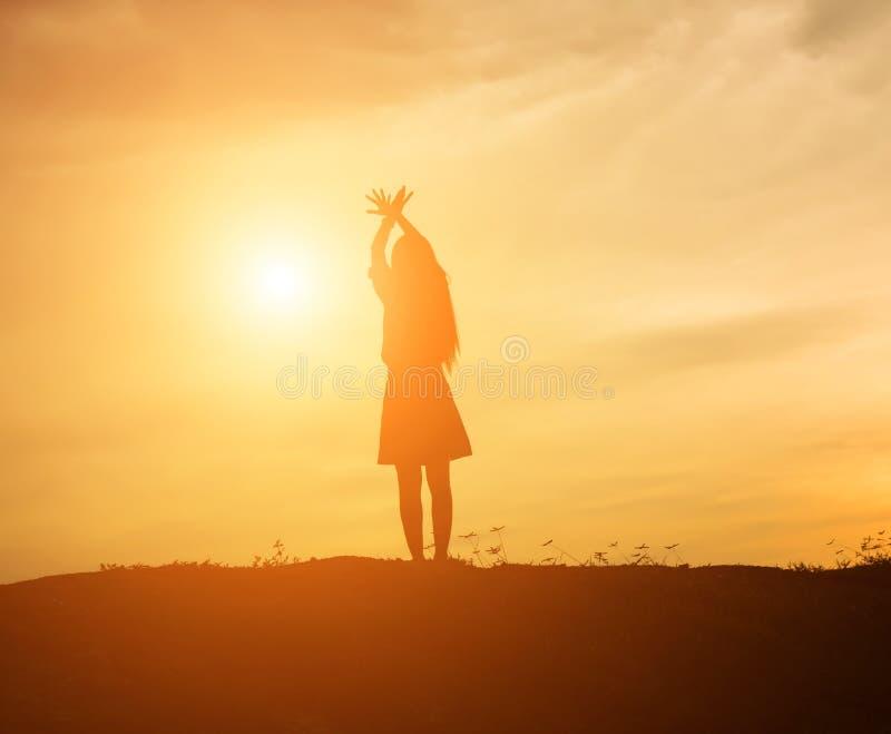 De jonge vrouw heft omhoog handen voor haar succes, Concept op Succes in het leven royalty-vrije stock afbeelding