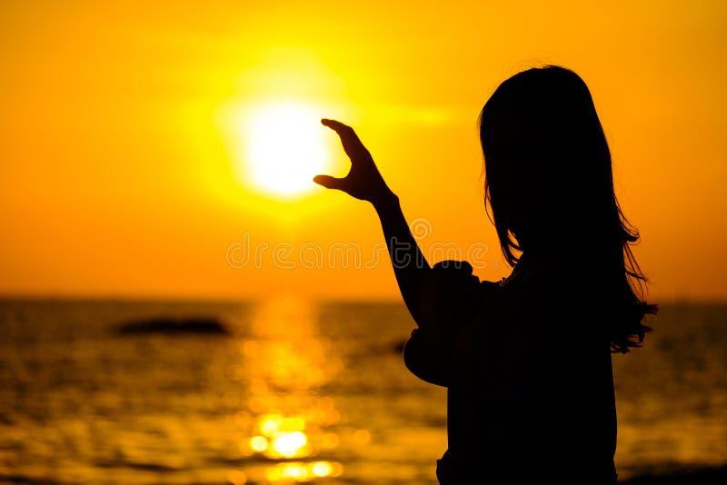 De jonge vrouw heft omhoog handen voor haar succes op royalty-vrije stock afbeelding