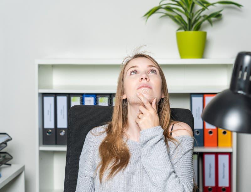 De jonge vrouw in het bureau heeft een ingeving royalty-vrije stock afbeelding