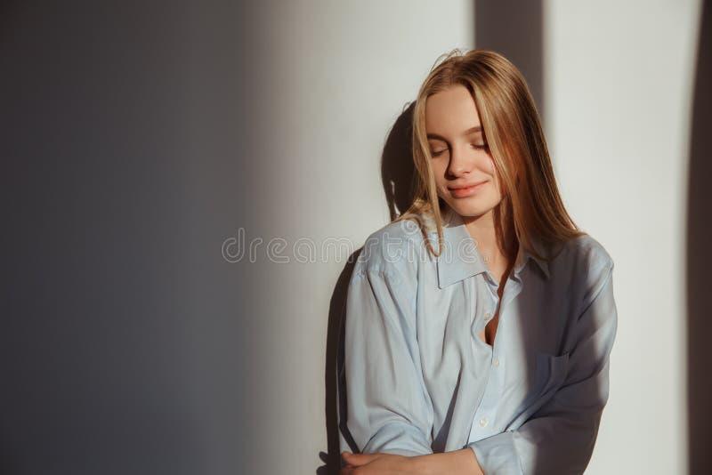 De jonge vrouw isoleerde thuis het concept van ochtend lichte schaduwen het glimlachen rust royalty-vrije stock foto