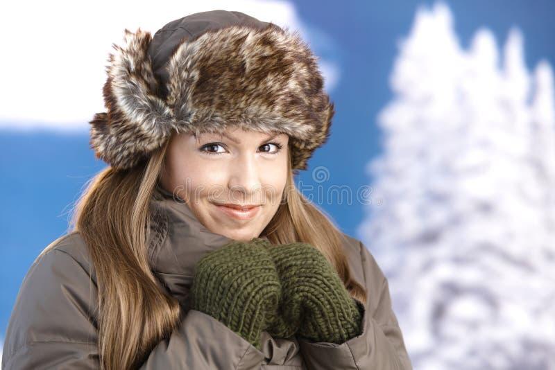 De jonge vrouw kleedde omhoog het warme bevriezende glimlachen royalty-vrije stock foto's