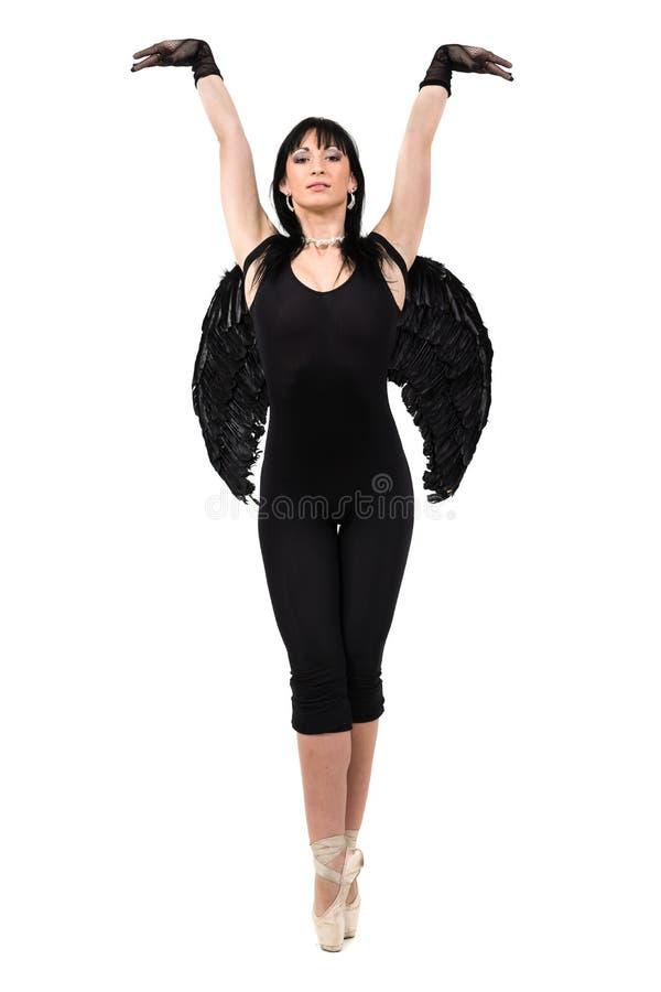 De jonge vrouw kleedde zich als het donkere engel dansen, geïsoleerd in volledig lichaam op wit stock foto