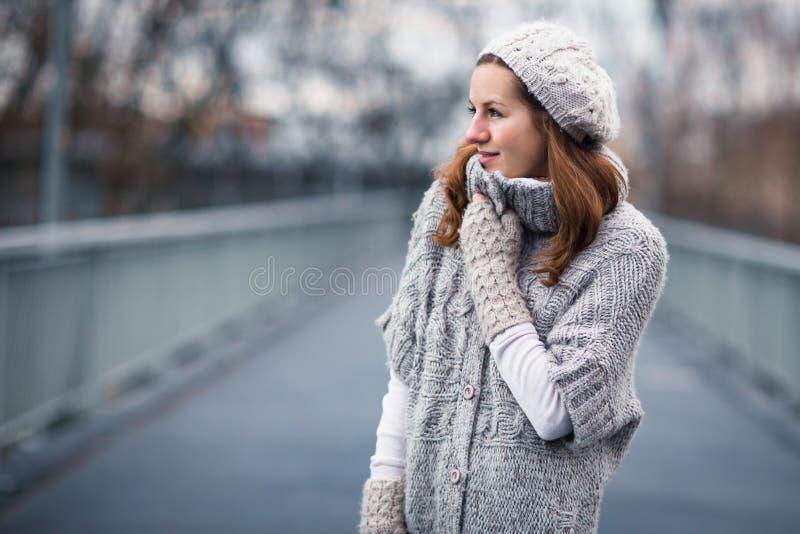 De jonge vrouw kleedde zich in een warme wollen cardigan stock fotografie