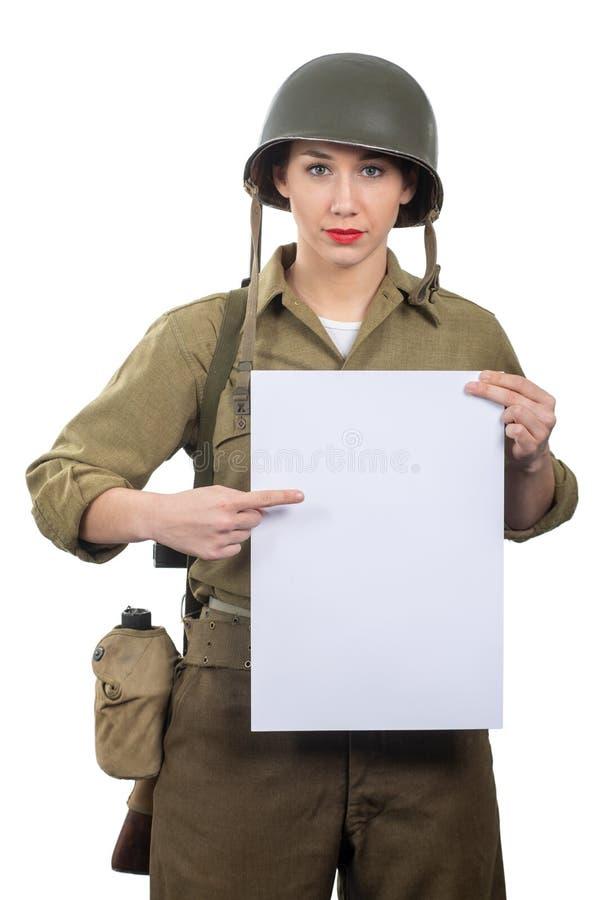 De jonge vrouw kleedde zich in het Amerikaanse militaire eenvormige tonende lege lege uithangbord van ww2 stock afbeelding