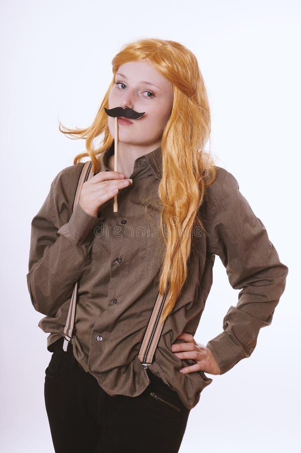 De jonge vrouw kleedde zich omhoog als man met valse snor stock foto's