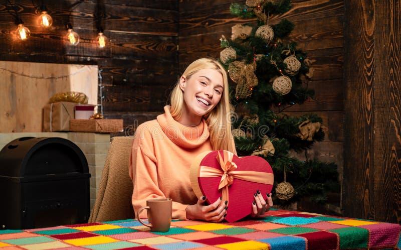 De jonge vrouw knipoogt Grappig Kerstmismeisje gek viering Grappig grimas Positieve menselijke emotiesgelaatsuitdrukkingen royalty-vrije stock foto's