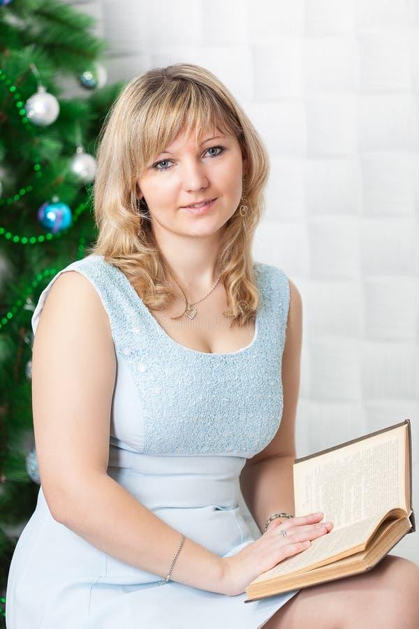 De jonge vrouw leest boek stock foto