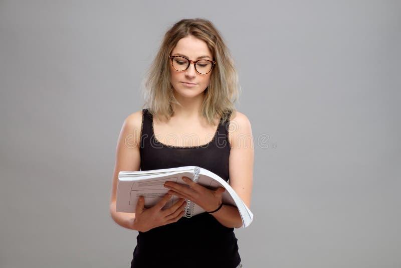 De jonge vrouw leest een boek stock foto's