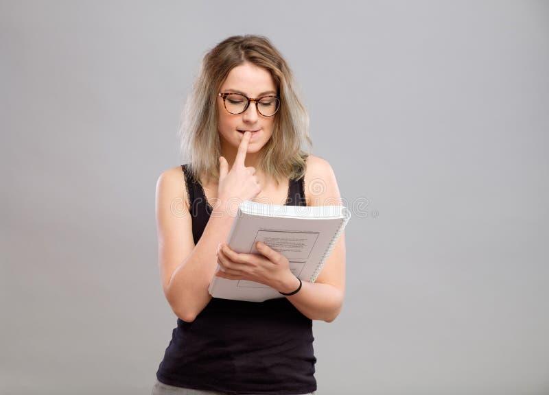 De jonge vrouw leest een boek stock afbeeldingen