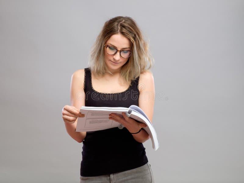 De jonge vrouw leest een boek royalty-vrije stock foto