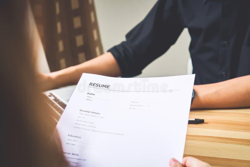 De jonge vrouw legt samenvatting aan werkgever aan overzichtssollicitatie voor Het concept stelt de capaciteit voor het bedrijf v stock afbeeldingen
