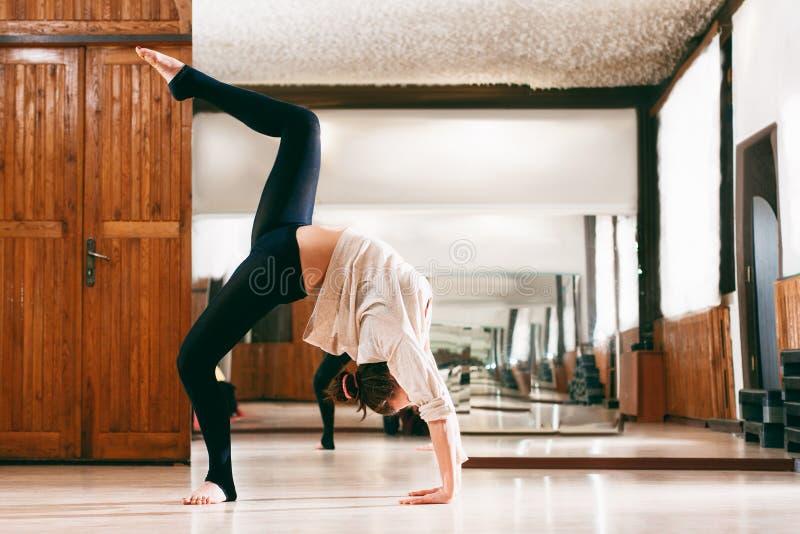 De jonge vrouw leidt de flexibiliteit op stock afbeelding