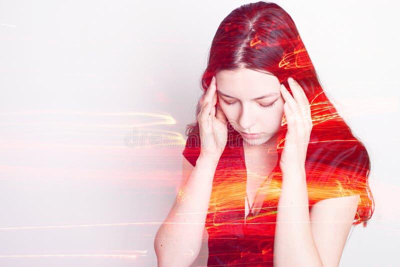 De jonge vrouw lijdt aan een hoofdpijn Portret van een meisje die haar hoofd clutching Migraines en bloeddrukproblemen royalty-vrije stock foto