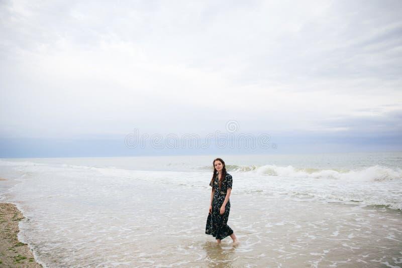De jonge vrouw loopt op het strand royalty-vrije stock foto's
