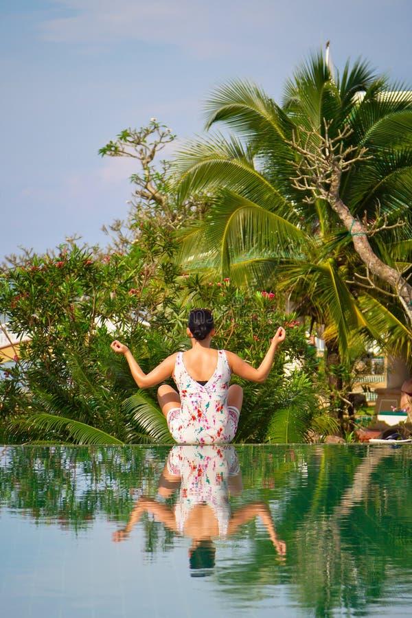 De Jonge Vrouw In Lotusbloem Stelt In Tropisch Landschap Stock Foto's