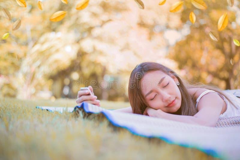 De jonge vrouw luistert aan muziek en ontspant stock foto