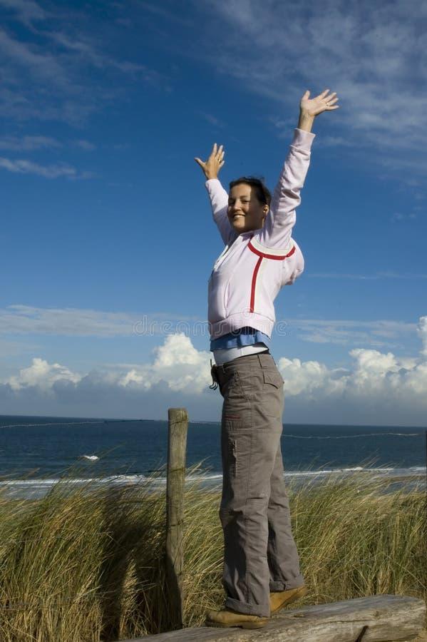 De jonge vrouw met dient de lucht in royalty-vrije stock afbeelding