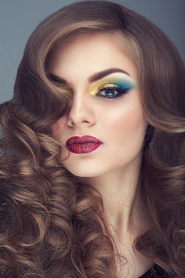 De jonge vrouw met kleurrijk maakt omhooggaande en perfecte huid royalty-vrije stock fotografie