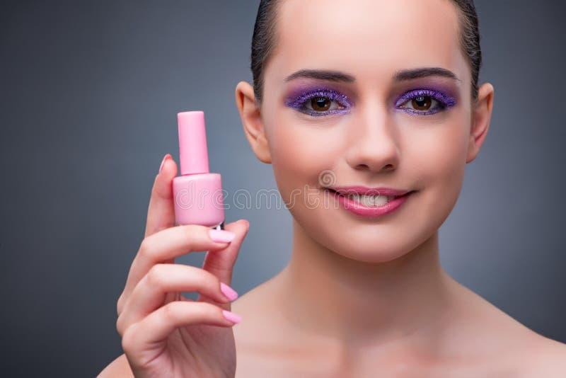 De jonge vrouw met lippenstift in beautconcept royalty-vrije stock foto's