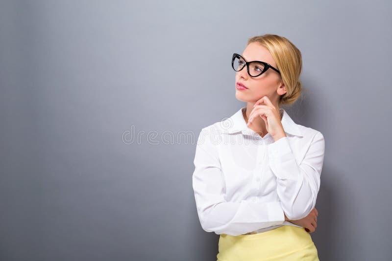 Download De Jonge Vrouw In Nadenkend Stelt Stock Foto - Afbeelding bestaande uit meisje, achtergrond: 107706746