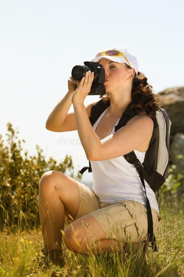 De jonge vrouw neemt fotografie royalty-vrije stock afbeelding