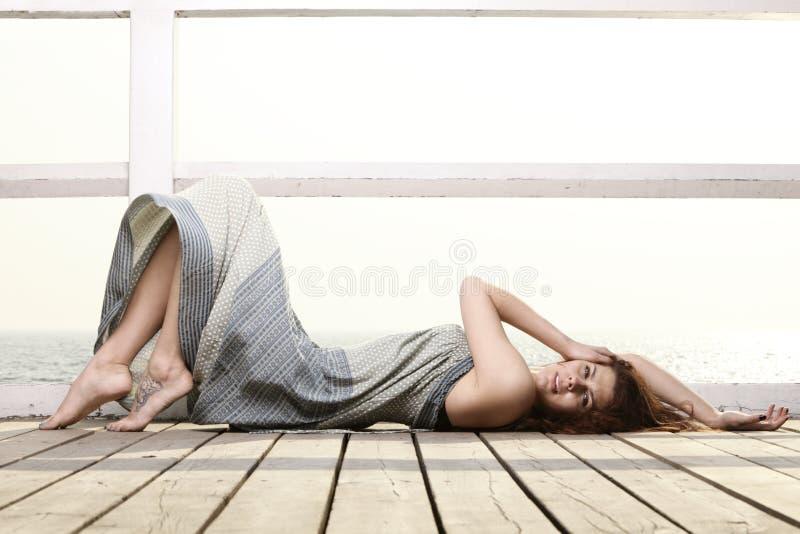 Download De Jonge Vrouw Ontspant Op De Pijler Stock Foto - Afbeelding bestaande uit oceaan, strand: 39116382
