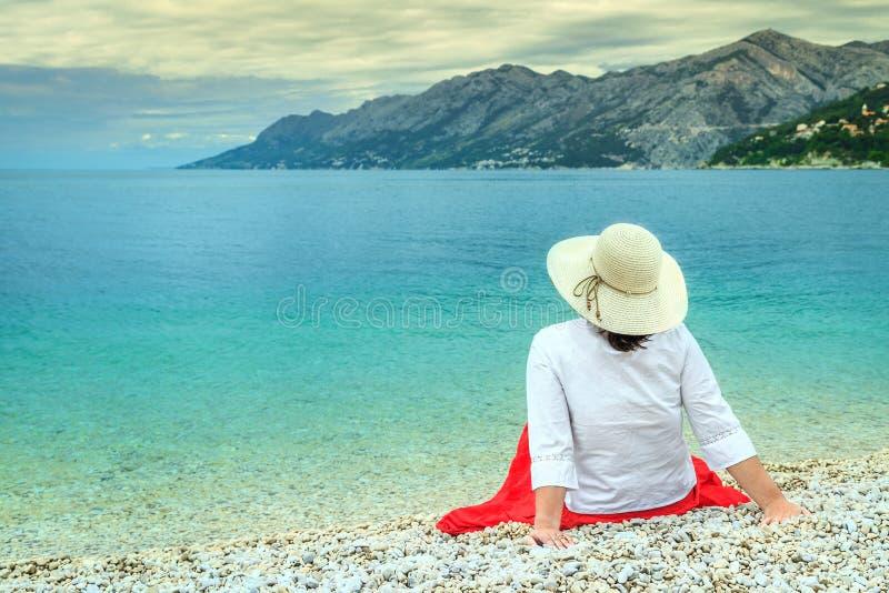 De jonge vrouw ontspant op het strand royalty-vrije stock foto