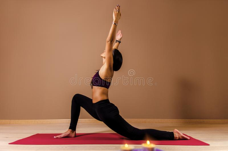 De jonge vrouw in overgang naar yoga stelt royalty-vrije stock afbeeldingen