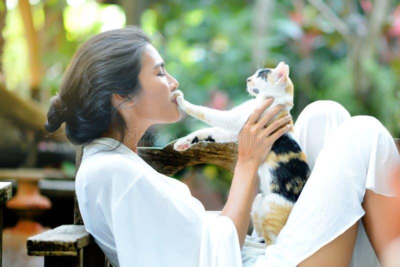 De jonge vrouw rust met een kat stock foto's