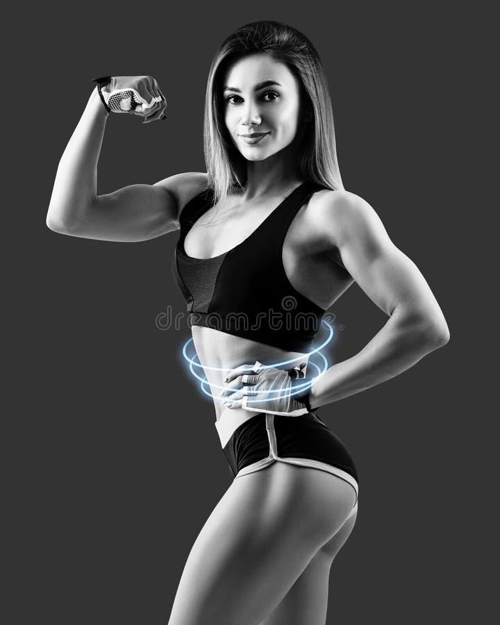De jonge vrouw toonde haar mooi spier atletisch lichaam aan royalty-vrije stock afbeeldingen