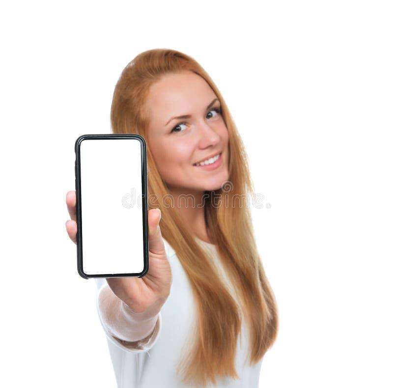 De jonge vrouw toont vertoning van mobiele celtelefoon met het lege scherm stock foto's