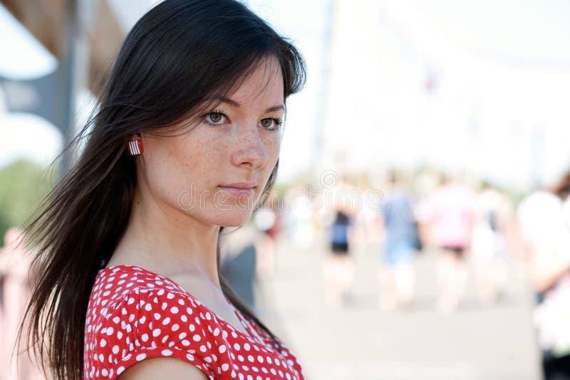 De jonge vrouw van de schoonheid op de brug royalty-vrije stock afbeeldingen