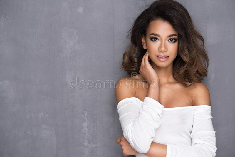 De jonge vrouw van schoonheidsafro royalty-vrije stock foto's