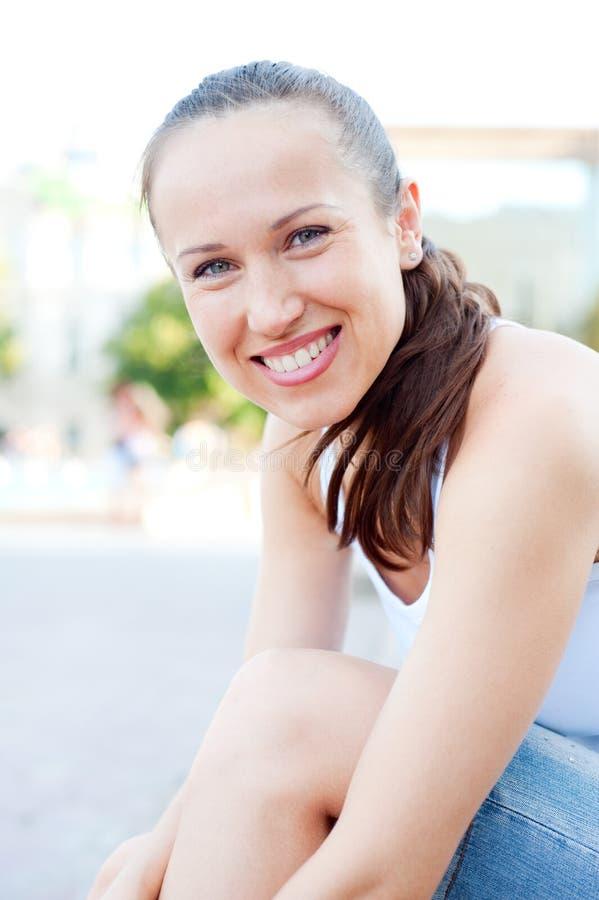 De jonge vrouw van Smiley stock afbeelding